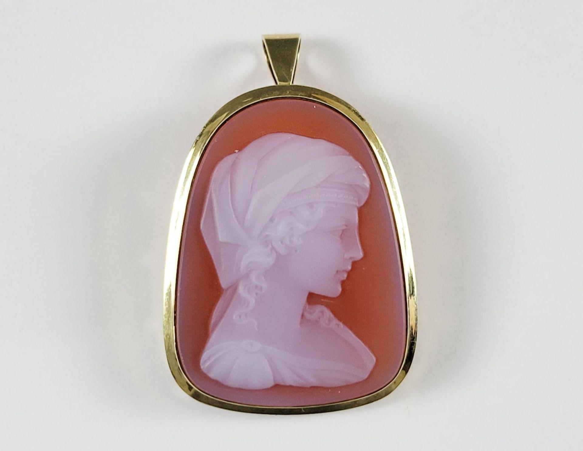 Muschelkamee Brosche mit geschnitztem Damenportrait nach rechts, 14 Karat Gelbgoldfassung