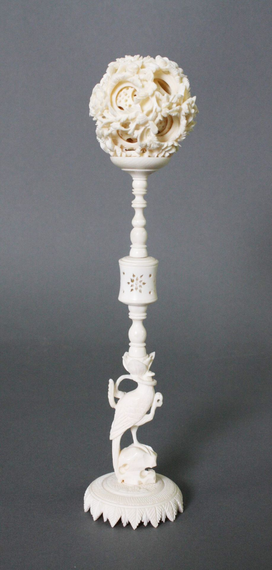 Elfenbein-Sphärenkugel auf Ständer, China Anfang 20. Jahrhundert - Bild 2 aus 4