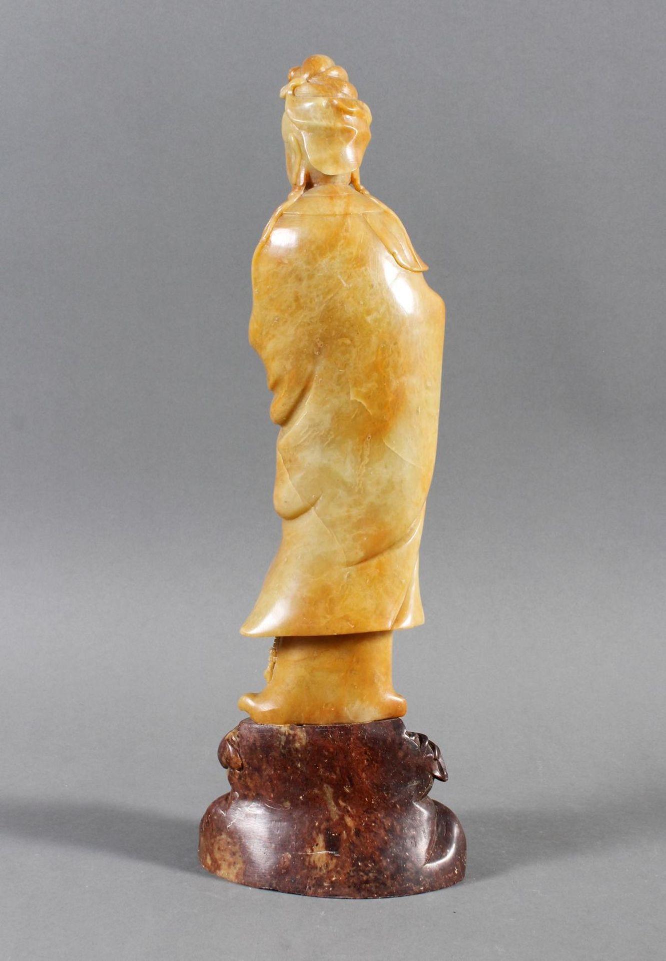 Stehende Guanjin aus seladonfarbenen Steatit - Bild 4 aus 8