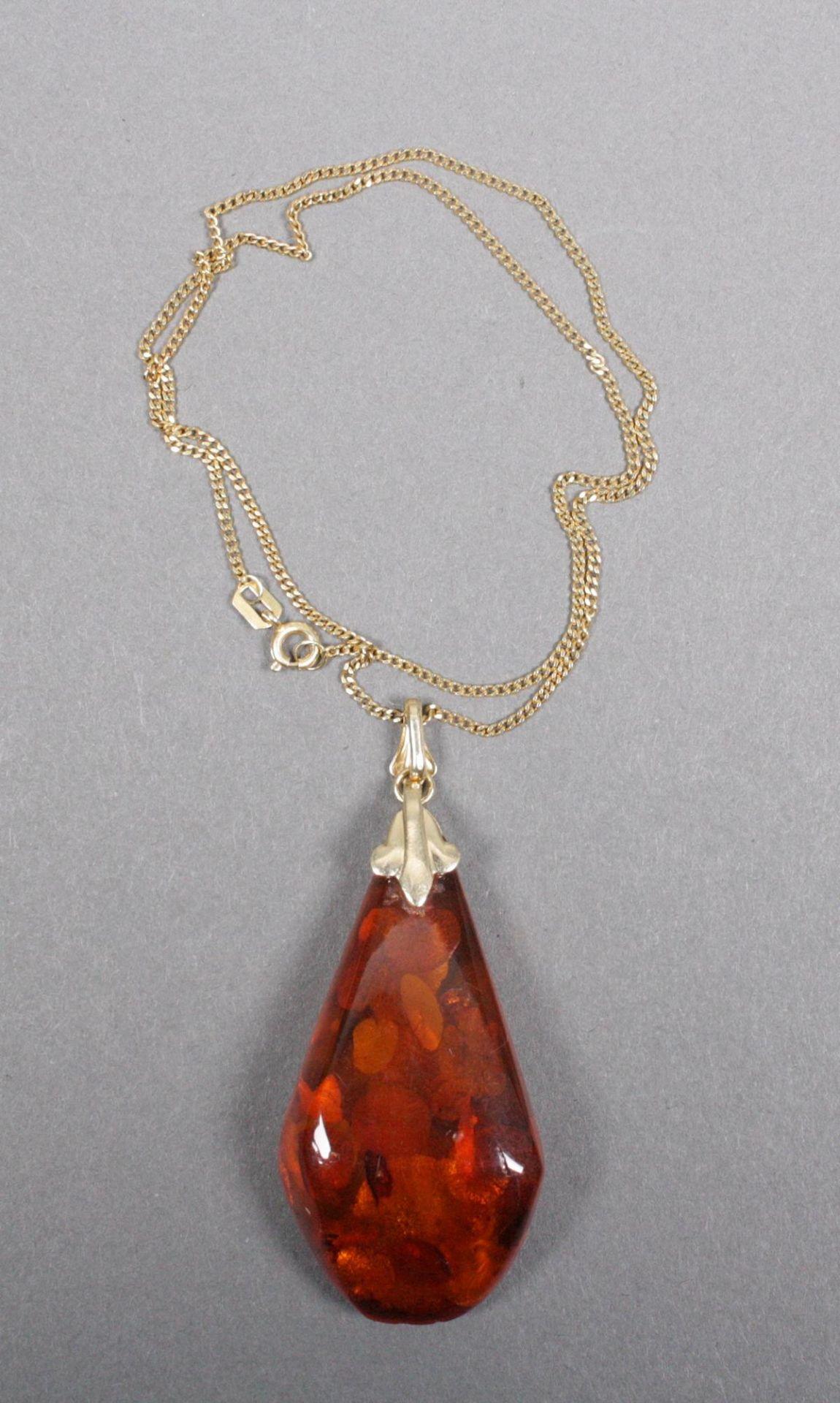 Halskette mit Bernsteinanhänger, 14 Karat Gelbgold