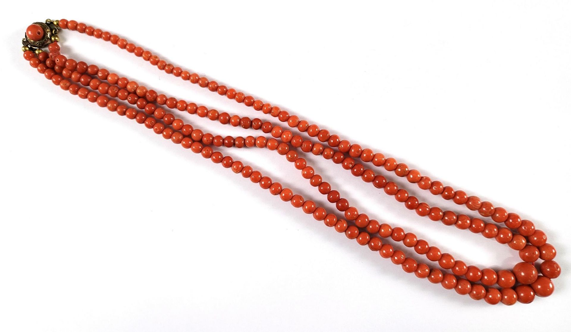 Antike Halskette aus roten Korallenkugeln