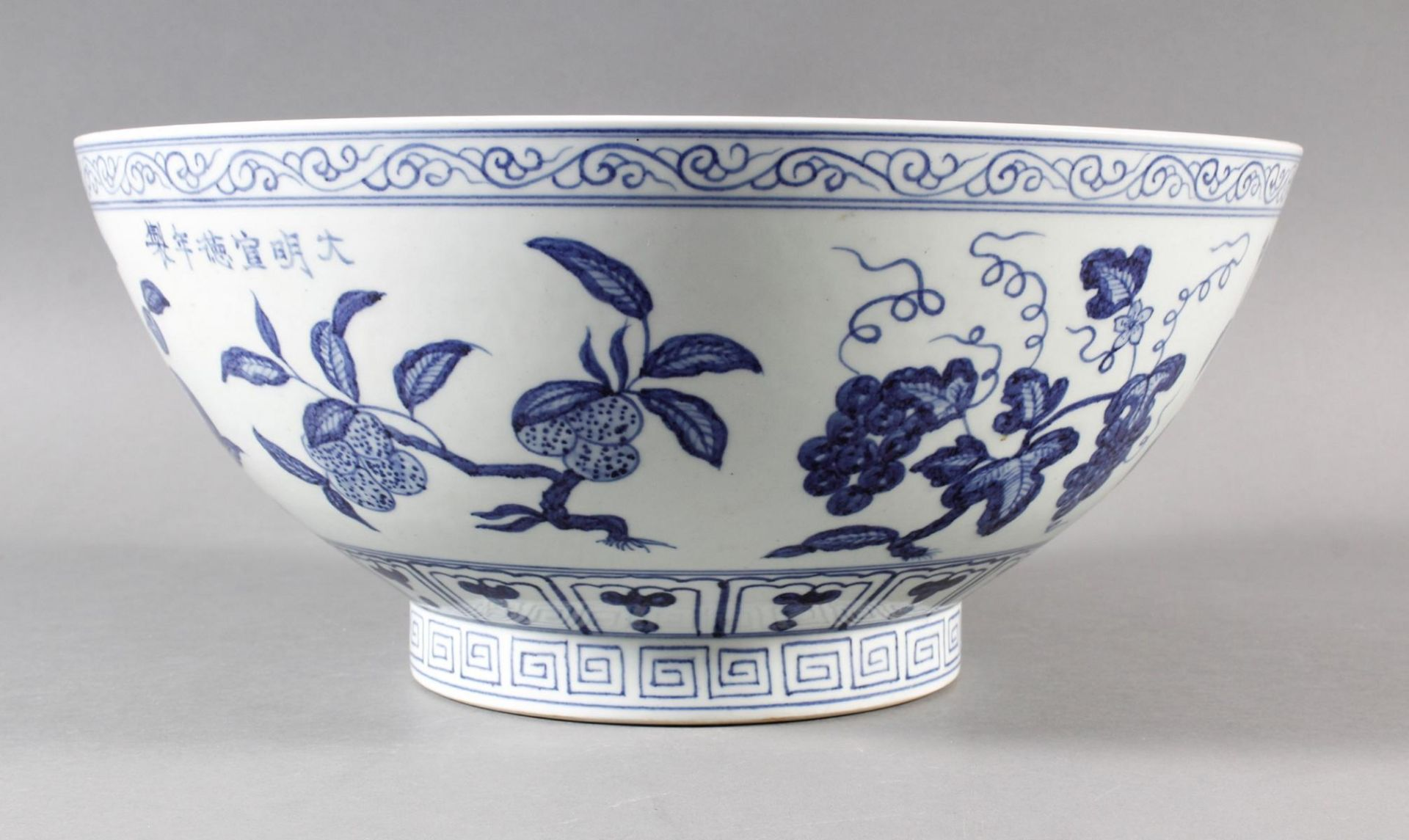 Große Porzellanschüssel, China, Hsüan-tê Marke - Bild 3 aus 17