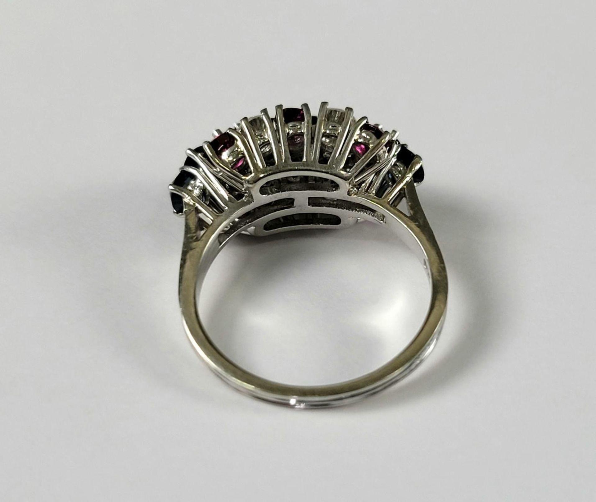 Damenring mit Saphiren, Diamanten und Rubinen, 18 Karat Weißgold - Bild 3 aus 4