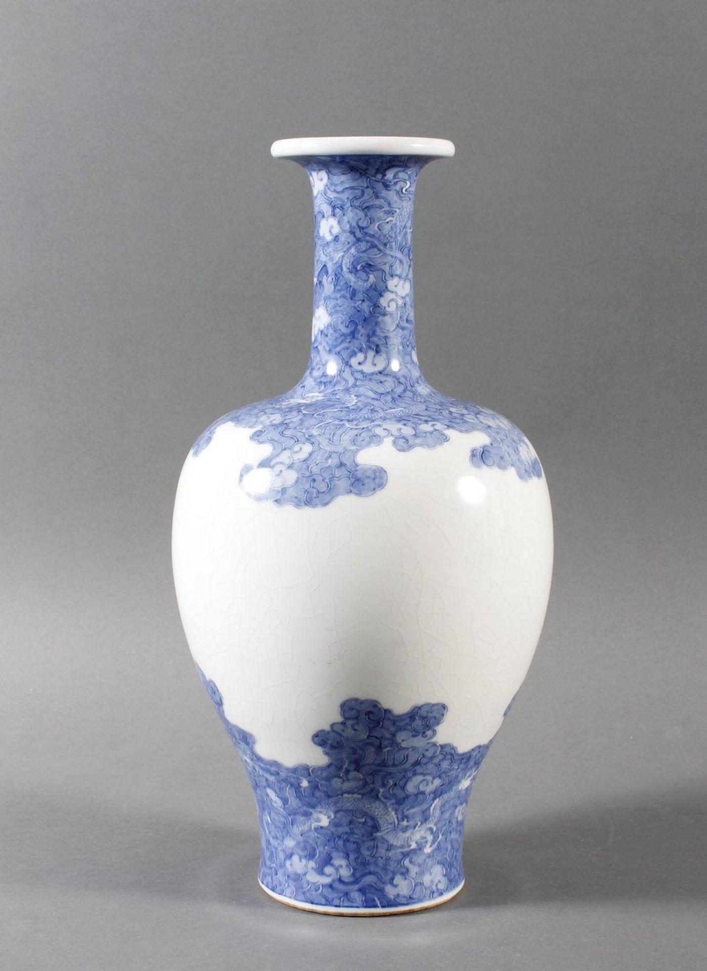 Porzellanvase mit feiner Blauweiß-Bemalung, Fliegender Drache in den Wolken