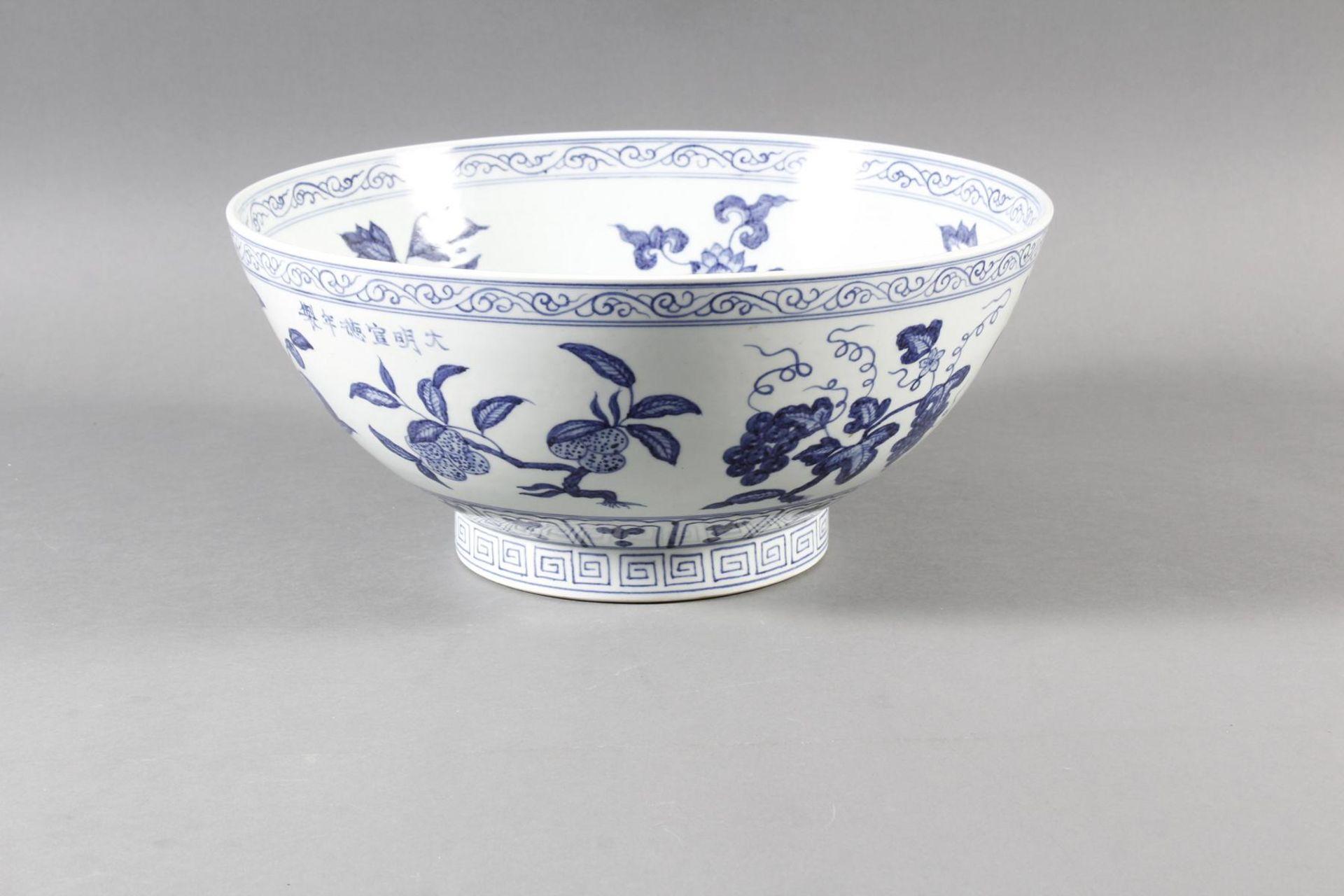 Große Porzellanschüssel, China, Hsüan-tê Marke - Bild 2 aus 17