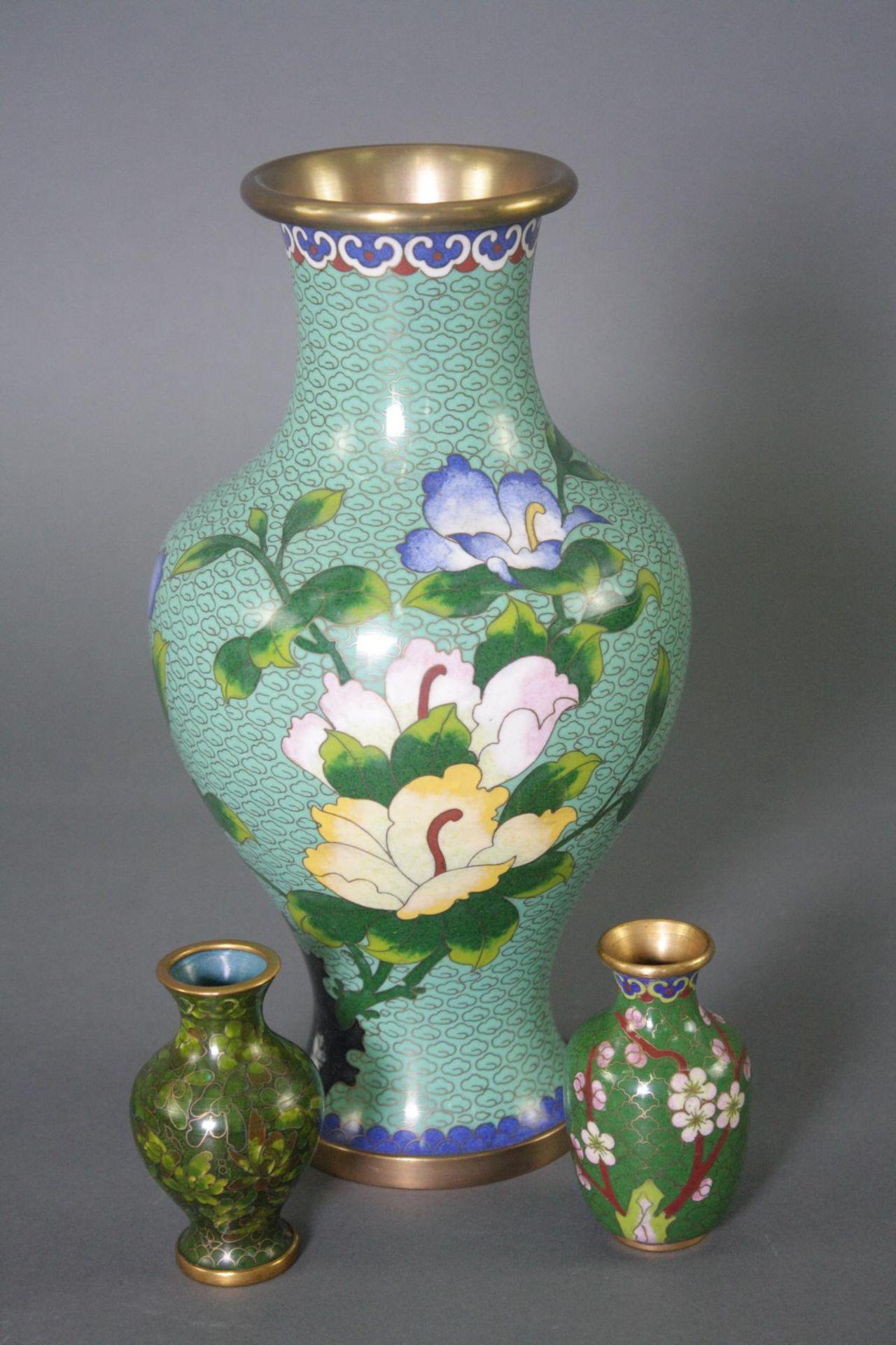 Drei Cloisonné Vasen, China