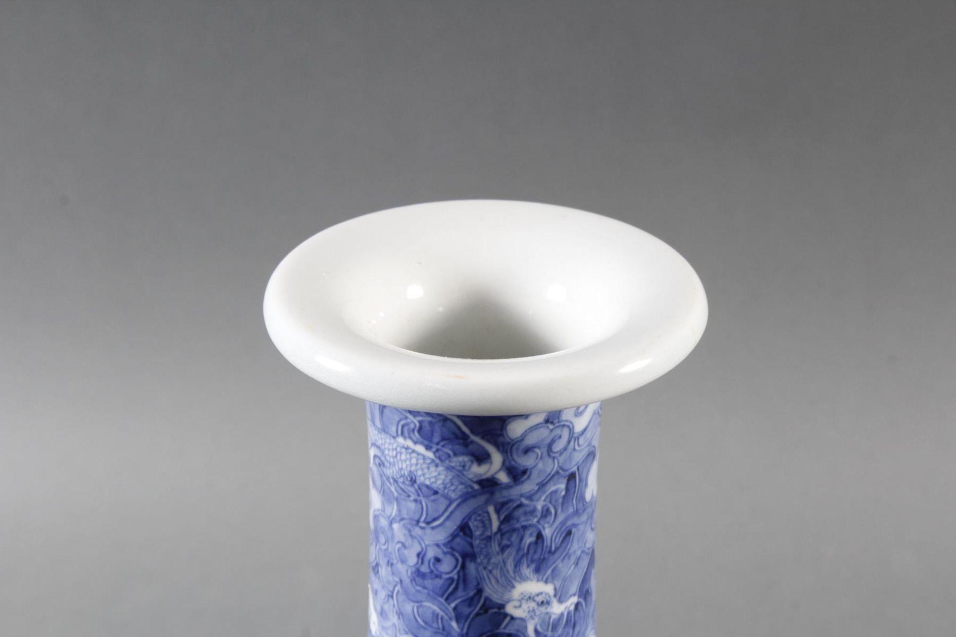 Porzellanvase mit feiner Blauweiß-Bemalung, Fliegender Drache in den Wolken - Bild 3 aus 6