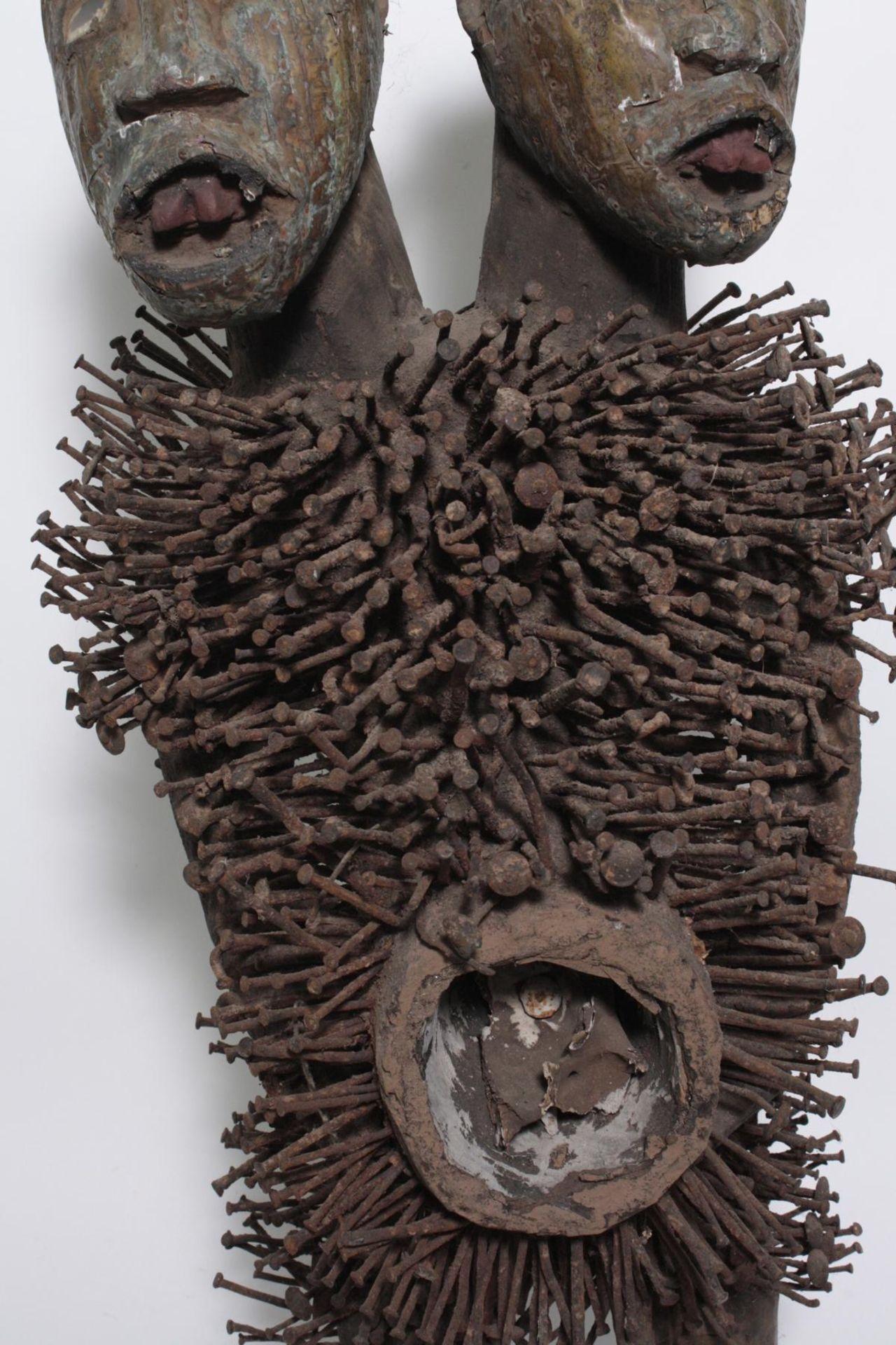Doppelkopf-Nagelfetisch-Ritual Figur. Kongo-Yombe, Nkisi Nkondi, 1. Hälfte 20. Jh. - Bild 4 aus 9