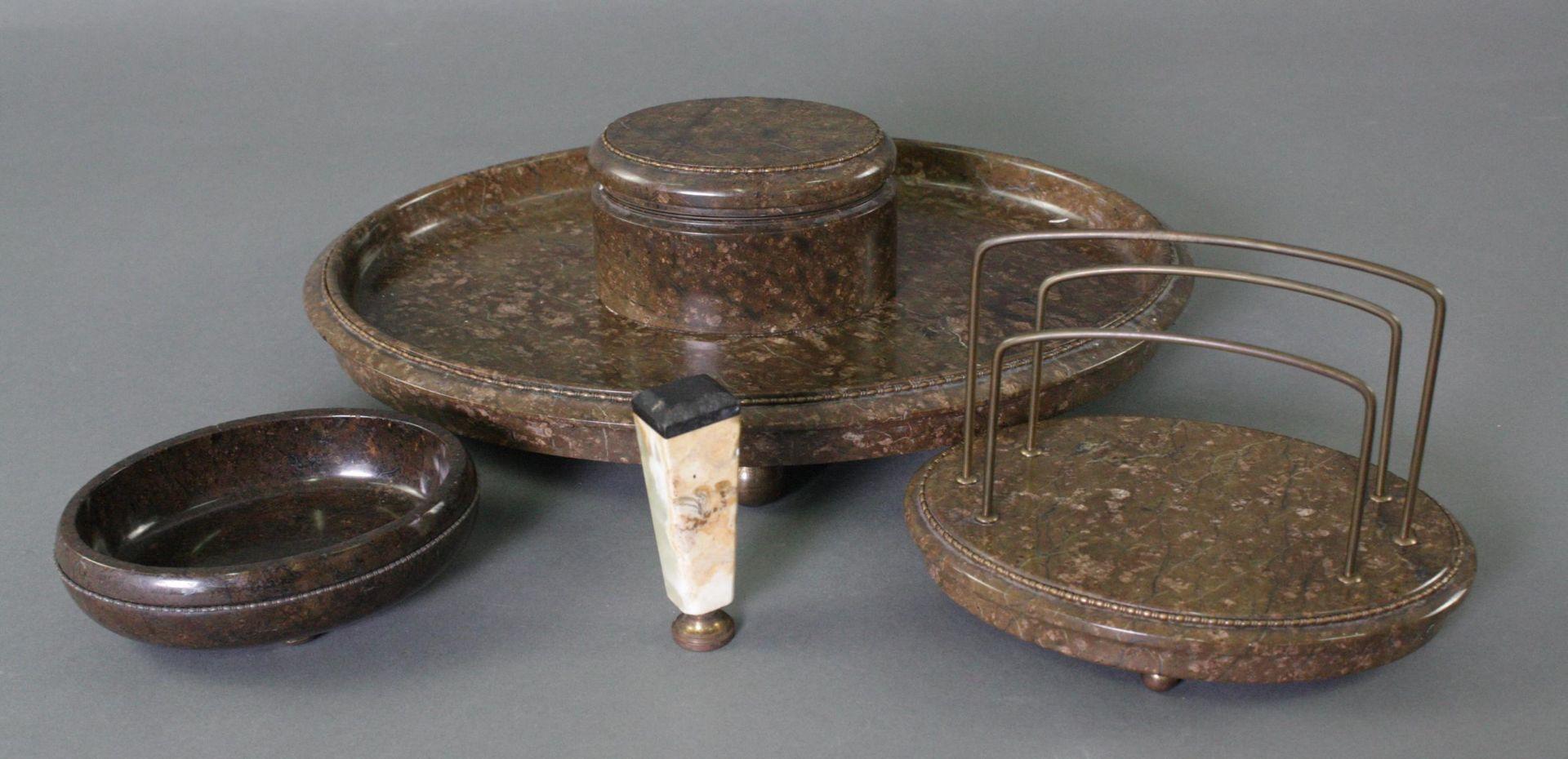 Dreiteilige Schreibtischgarnitur aus Serpentin und Siegel um 1910