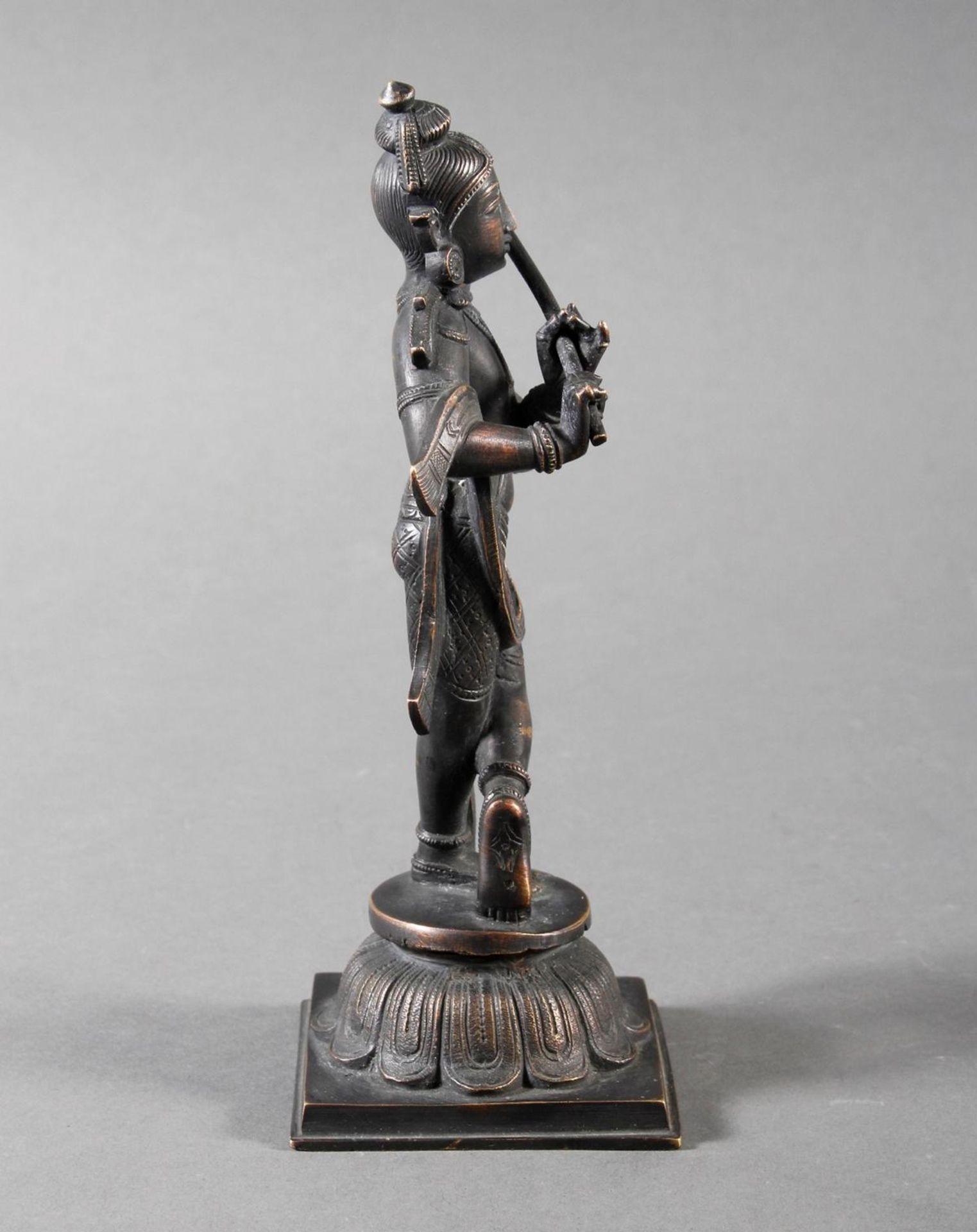 Flötespielende Göttheit auf einem Lotospodest stehend Indien 19. / 20. Jahrhundert - Bild 4 aus 8