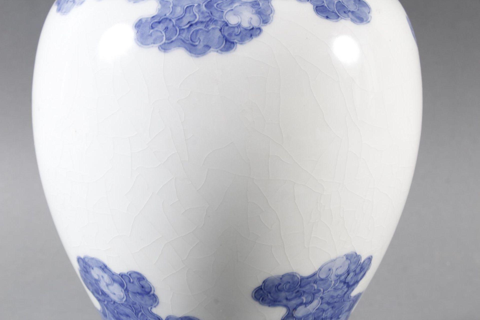 Porzellanvase mit feiner Blauweiß-Bemalung, Fliegender Drache in den Wolken - Bild 2 aus 6