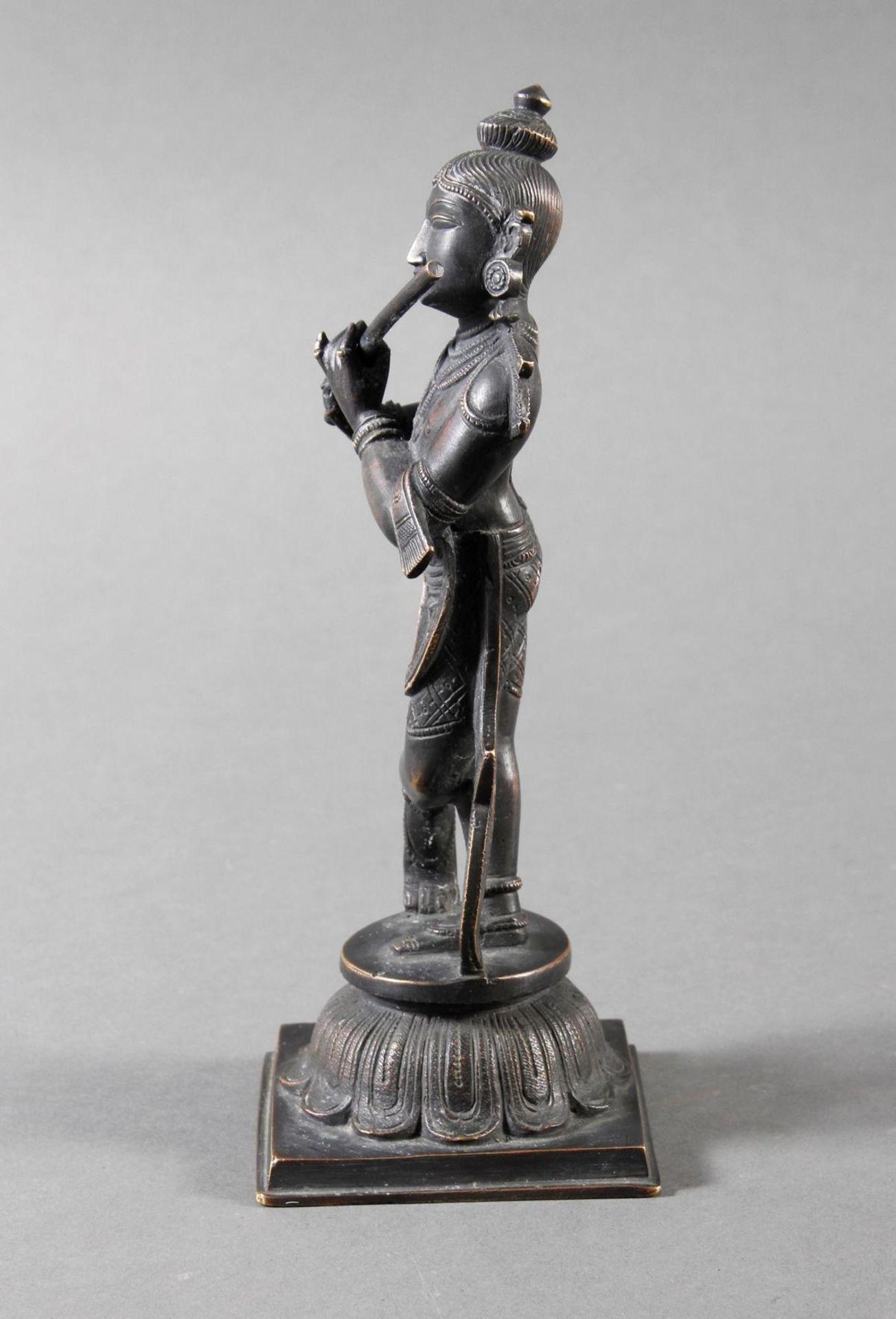 Flötespielende Göttheit auf einem Lotospodest stehend Indien 19. / 20. Jahrhundert - Bild 5 aus 8