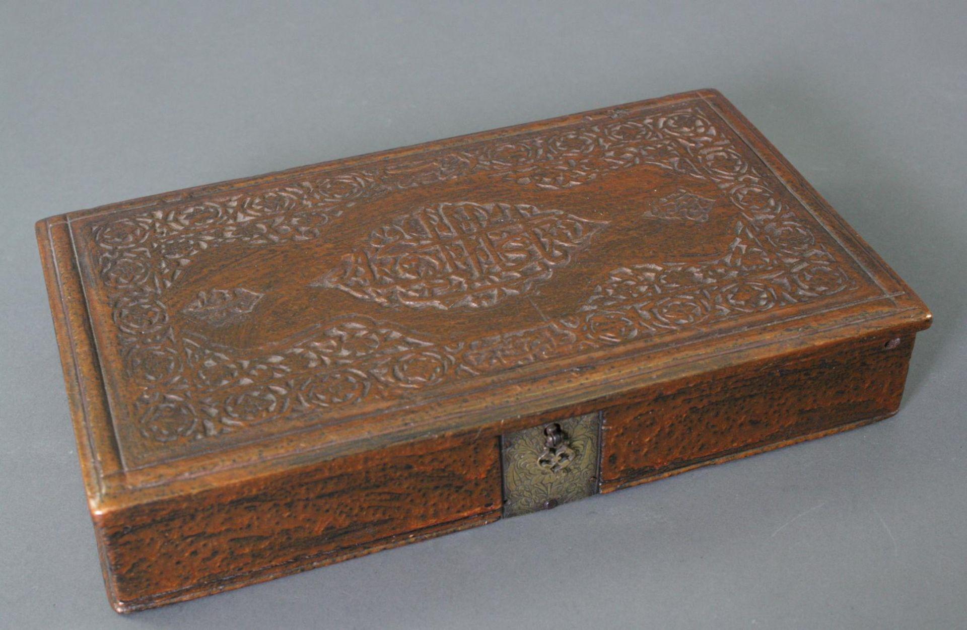 Zwei Waagen im Kasten, Iran 18. Jahrhundert