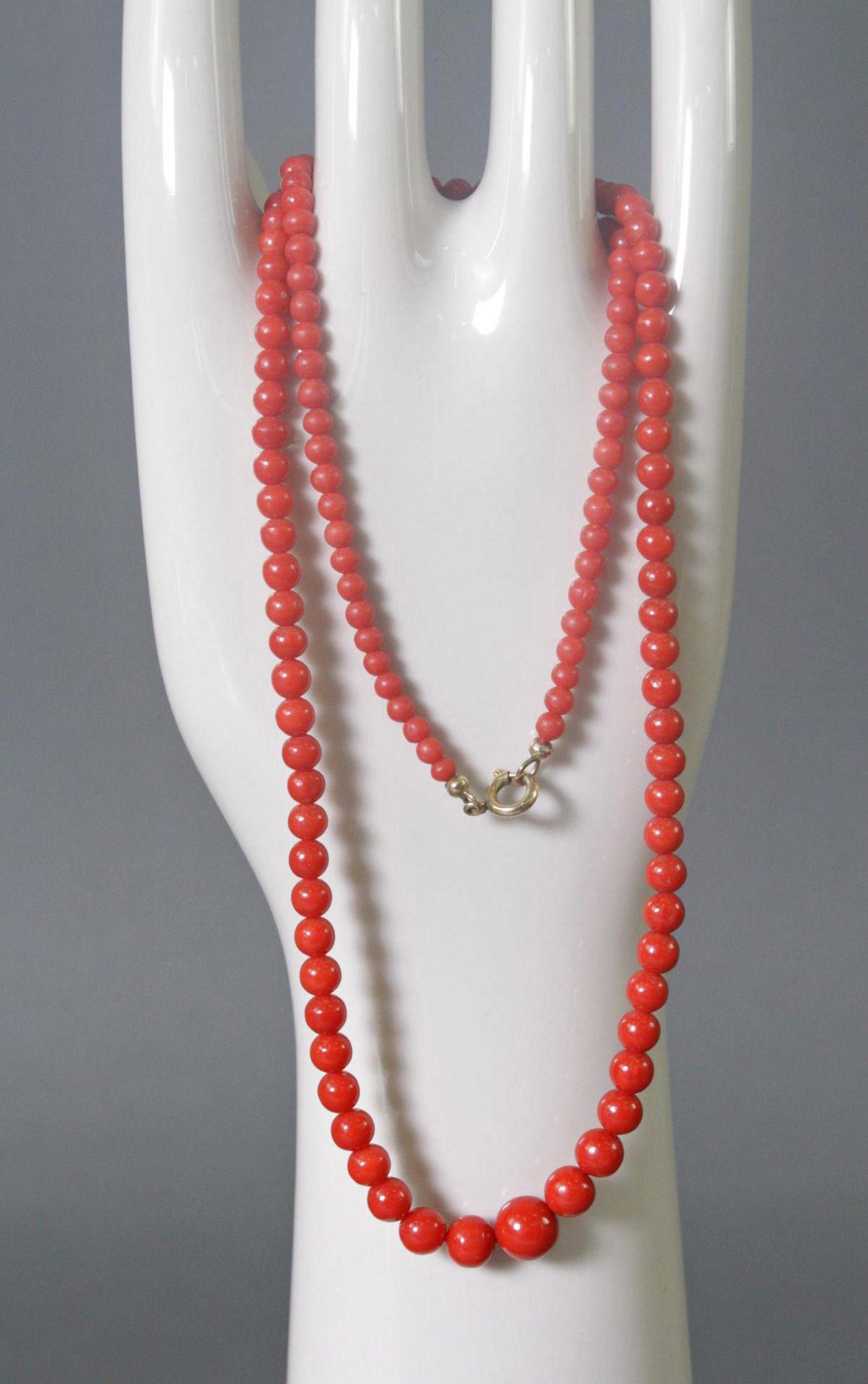 Halskette mit roten Korallenkugeln