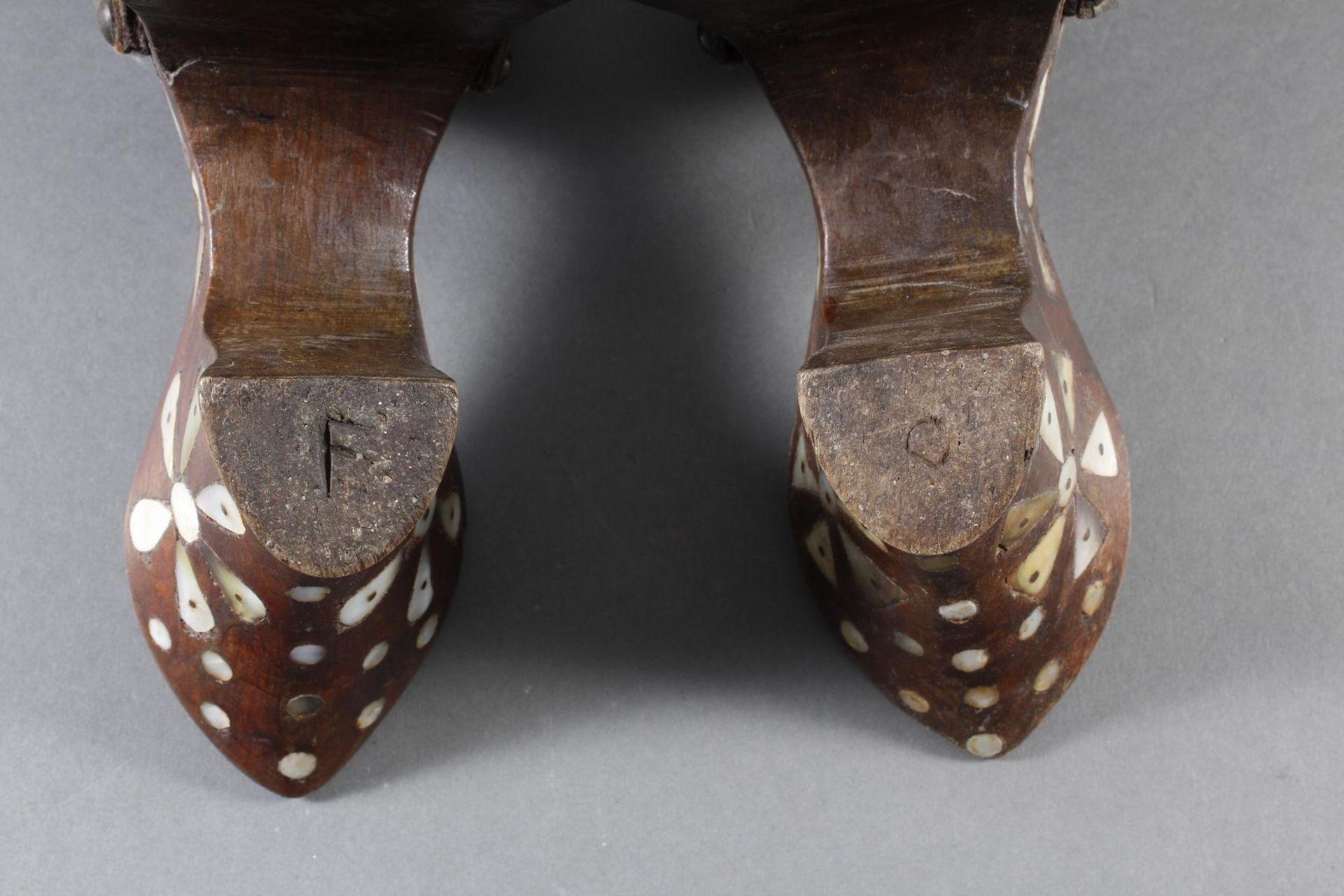 Stelzenschuh-Paar, China, 18. / 19. Jahrhundert - Bild 14 aus 15