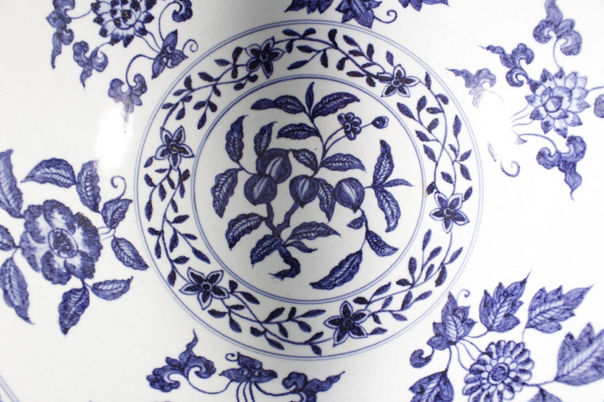 Große Porzellanschüssel, China, Hsüan-tê Marke - Bild 8 aus 17