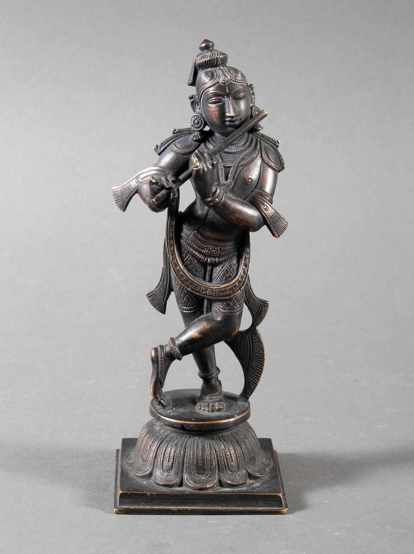 Flötespielende Göttheit auf einem Lotospodest stehend Indien 19. / 20. Jahrhundert