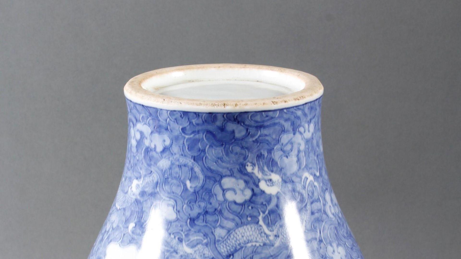 Porzellanvase mit feiner Blauweiß-Bemalung, Fliegender Drache in den Wolken - Bild 4 aus 6