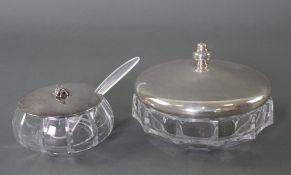 Zwei Schalen mit Silberdeckel