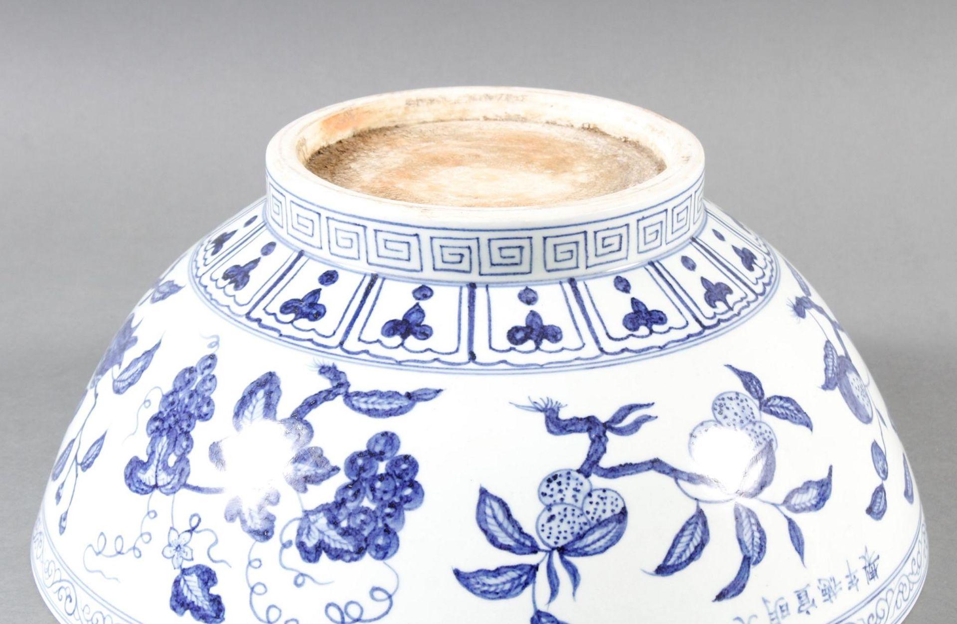 Große Porzellanschüssel, China, Hsüan-tê Marke - Bild 9 aus 17