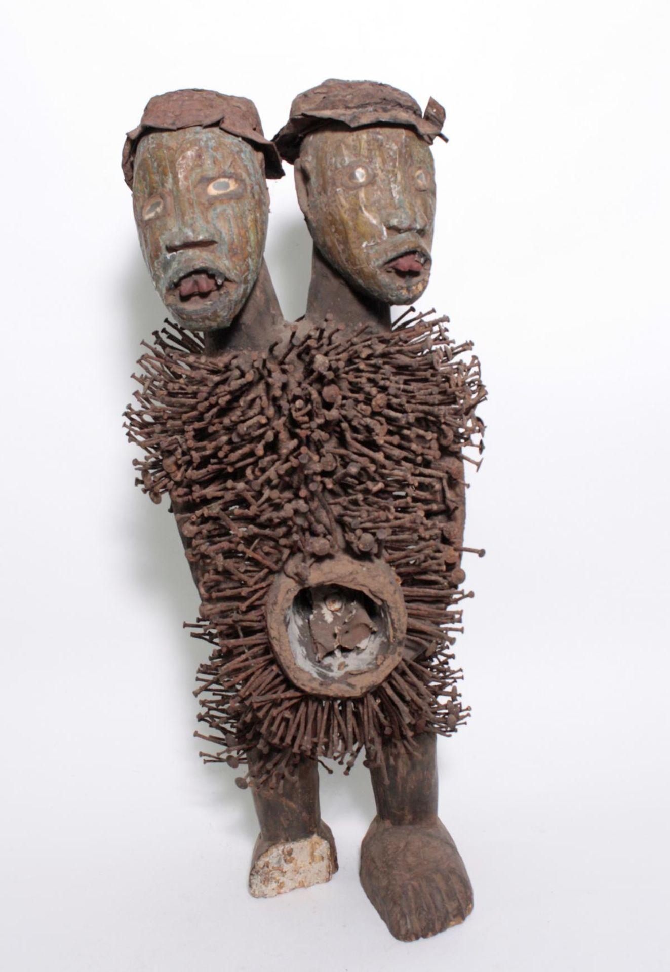 Doppelkopf-Nagelfetisch-Ritual Figur. Kongo-Yombe, Nkisi Nkondi, 1. Hälfte 20. Jh.