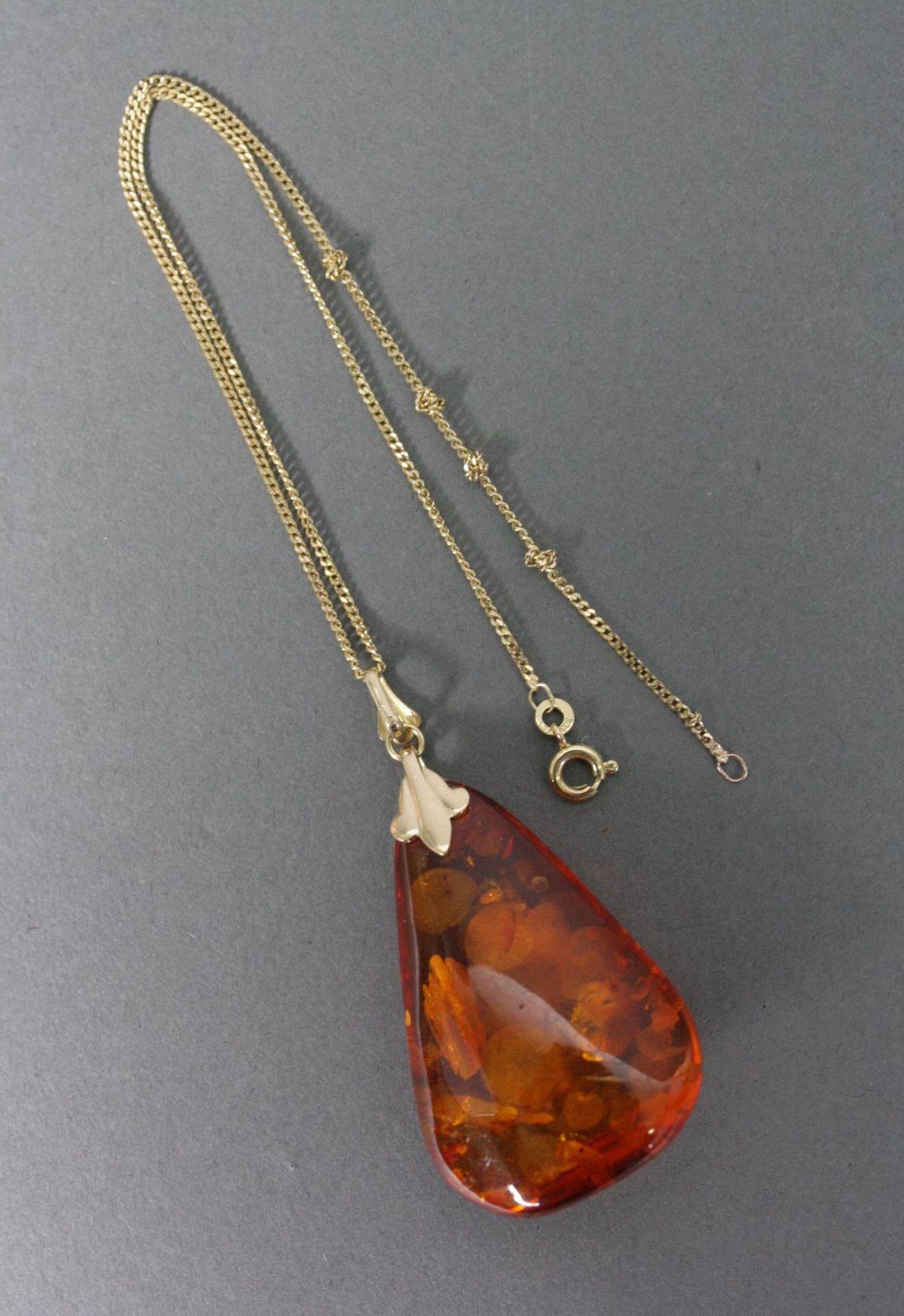 Halskette mit Bernsteinanhänger, 8 und 14 Karat Gelbgold