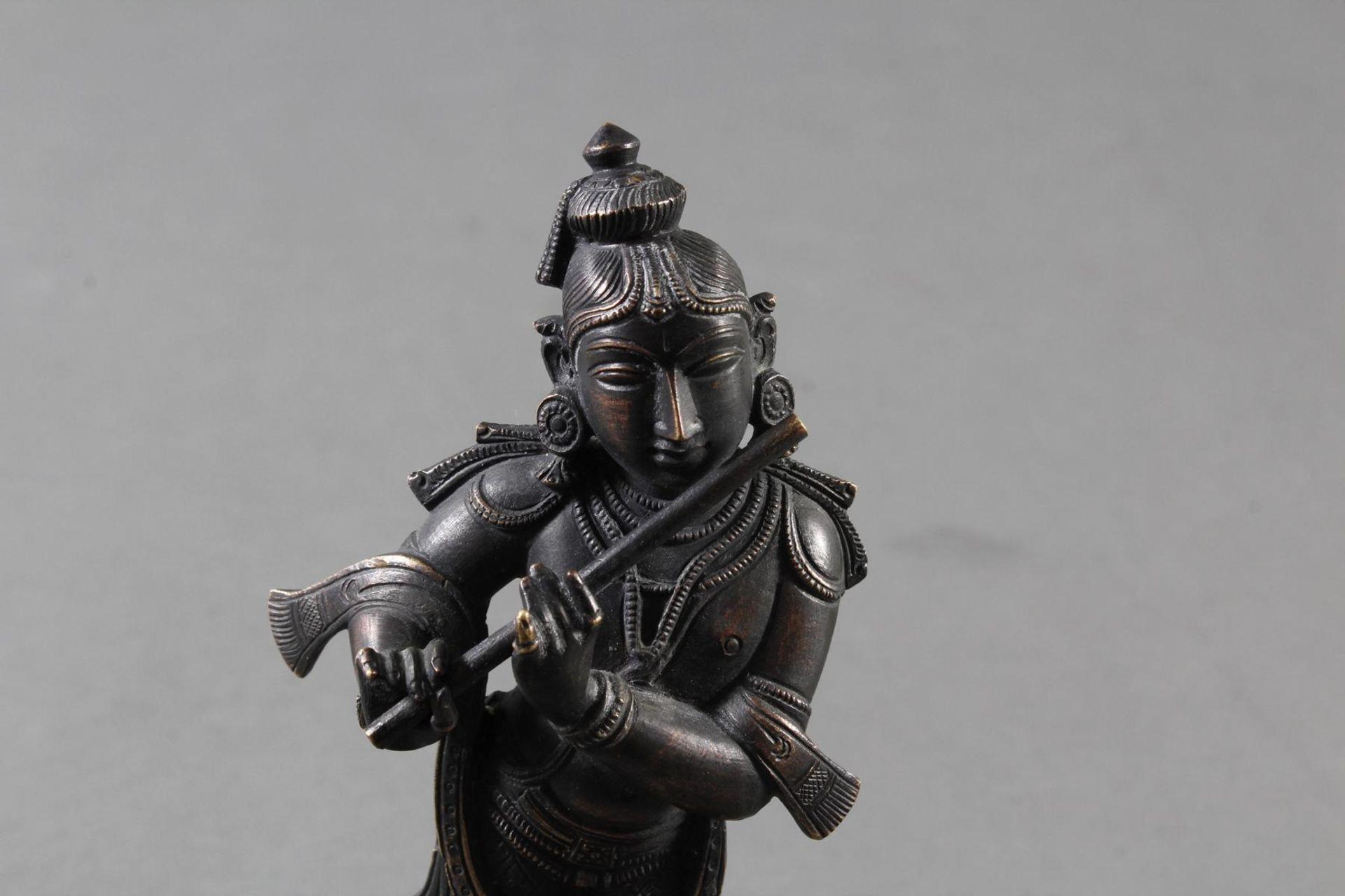 Flötespielende Göttheit auf einem Lotospodest stehend Indien 19. / 20. Jahrhundert - Bild 7 aus 8