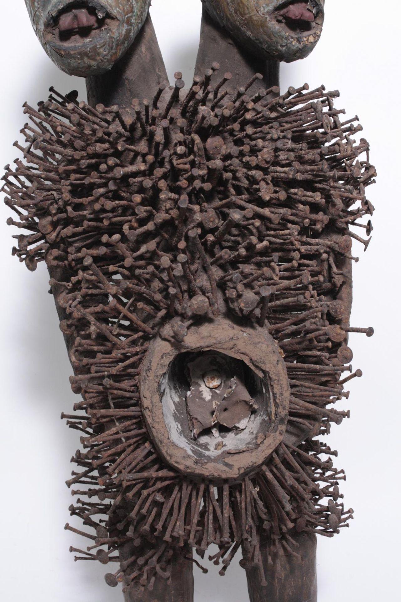 Doppelkopf-Nagelfetisch-Ritual Figur. Kongo-Yombe, Nkisi Nkondi, 1. Hälfte 20. Jh. - Bild 2 aus 9