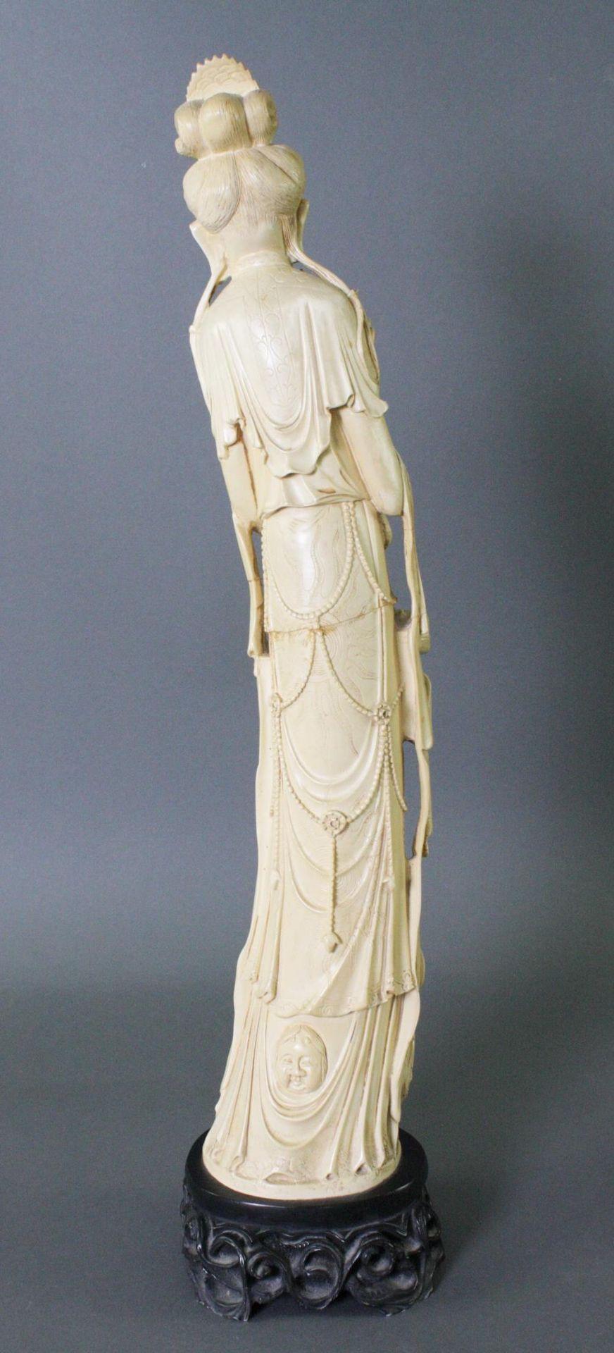 Stehende Guanyin - Kunstharz - Bild 2 aus 2