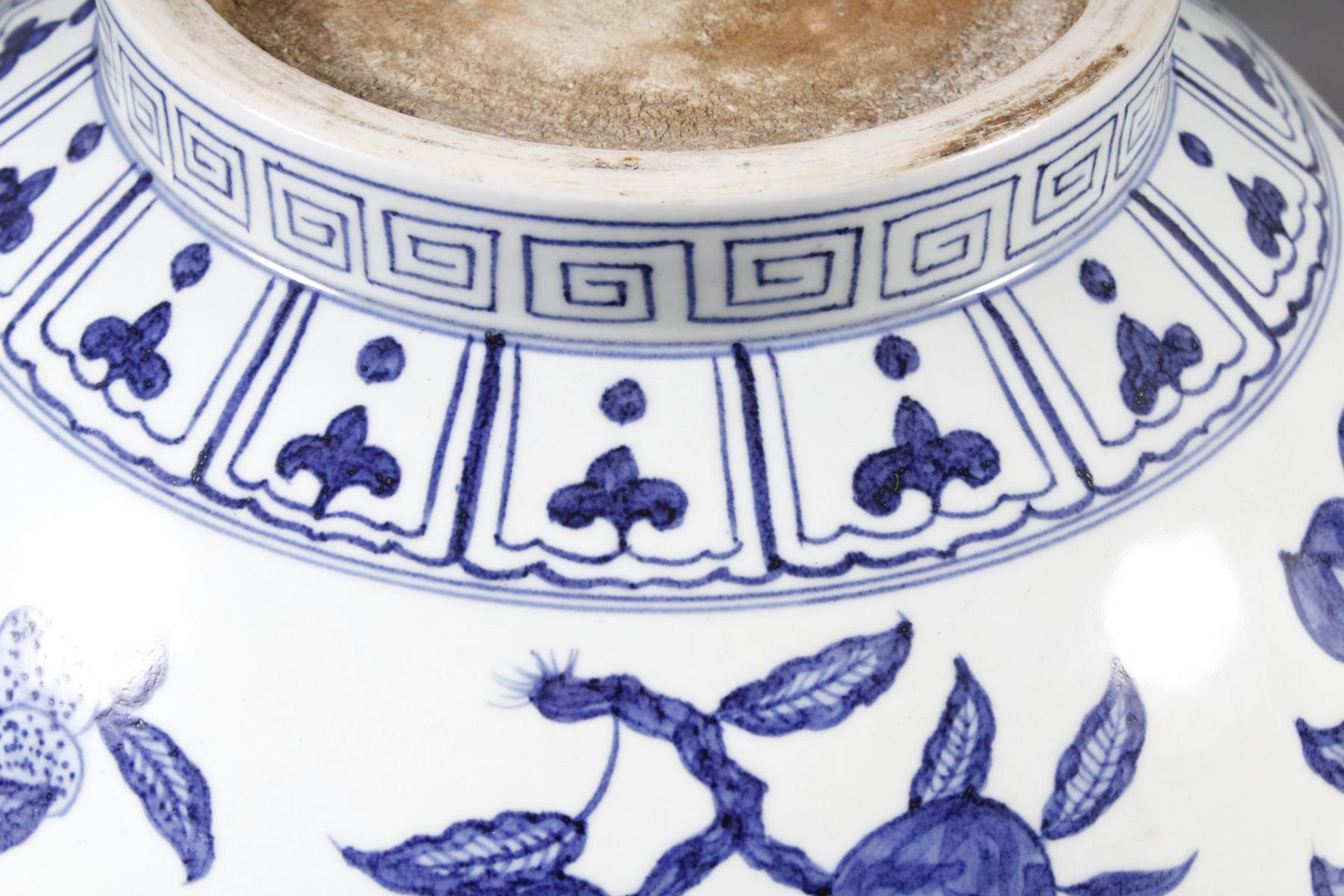Große Porzellanschüssel, China, Hsüan-tê Marke - Bild 15 aus 17