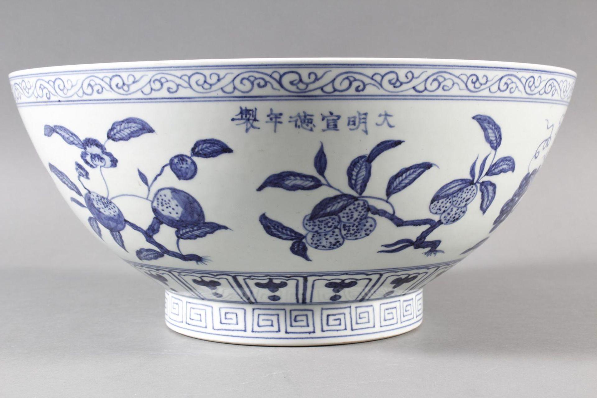 Große Porzellanschüssel, China, Hsüan-tê Marke - Bild 4 aus 17