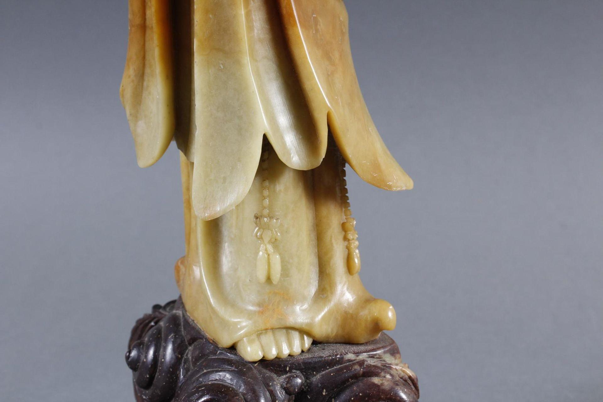 Stehende Guanjin aus seladonfarbenen Steatit - Bild 6 aus 8