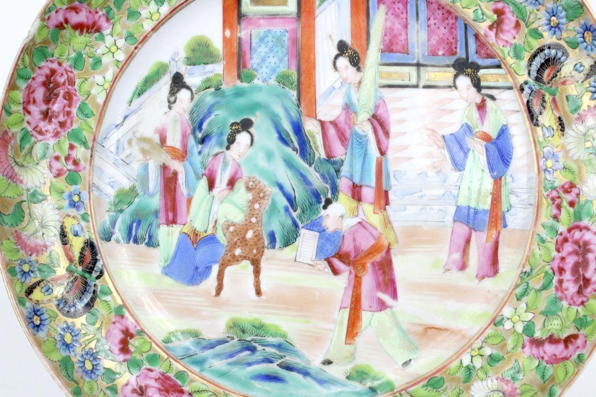 China Famille Rose Teller Darstellung von höfischen Damen - Image 3 of 3