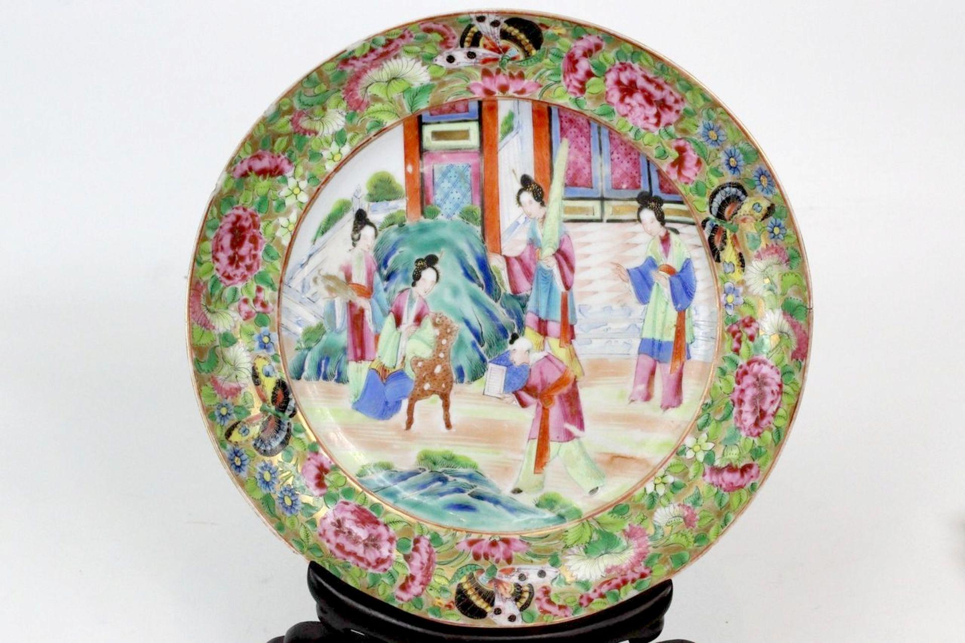 China Famille Rose Teller Darstellung von höfischen Damen