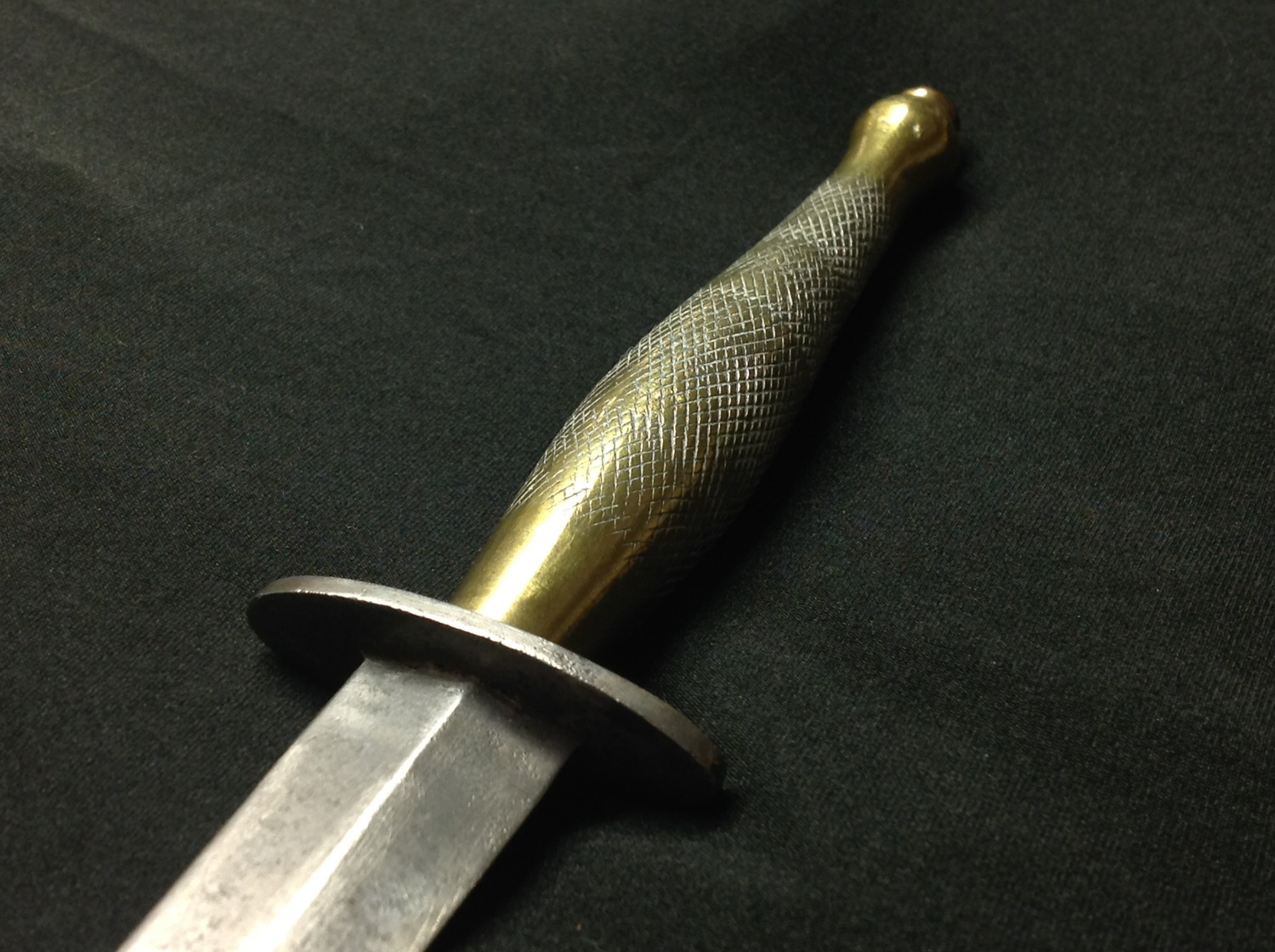 WW2 British 2nd pattern Fairbairn Sykes Fighting Knife with unmarked double edged blade, 145mm in - Image 9 of 10