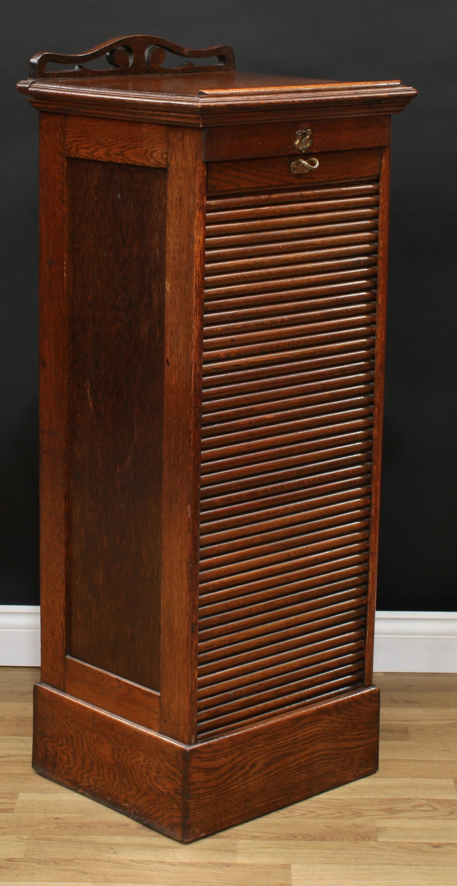 An oak tambour front filing cabinet, in the Globe Wernicke manner, rectangular top with moulded edge - Image 2 of 5
