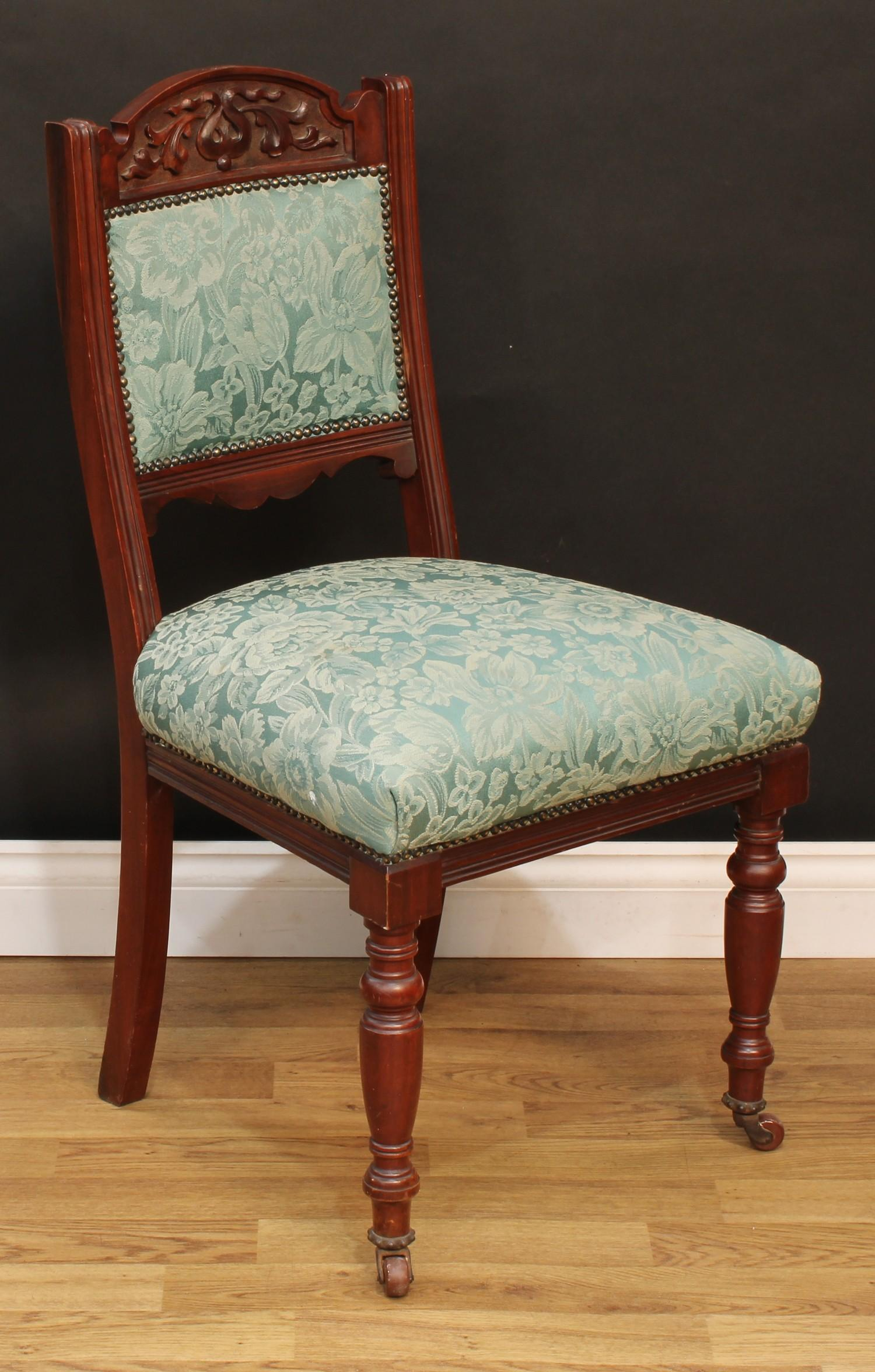 A late Victorian Eastlake design seven piece drawing room suite, comprising chaise longue, 77cm - Image 8 of 9