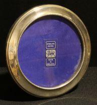 An Elizabeth II silver easel photograph frame, the aperture 11cm diam, Birmingham 1991