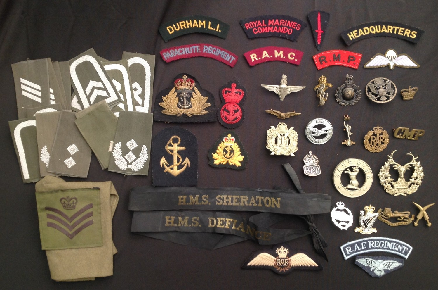 WW2 and later British Cap badges and cloth insignia to include: Kings Crown Parachute Regiment cap