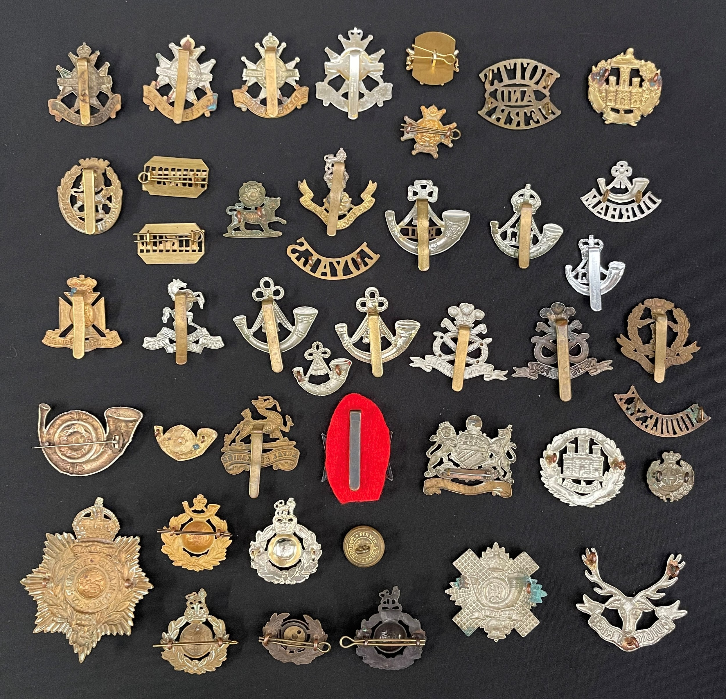 WW2 British Cap Badges, collar dogs and shoulder titles to include: Notts & Derbys x 4, collar - Image 2 of 2