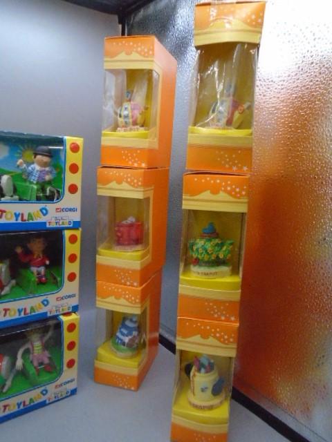Corgi Butlins Toyland die cast models x 6 plus 6 Tetley collectable teapots in boxes - Image 3 of 3