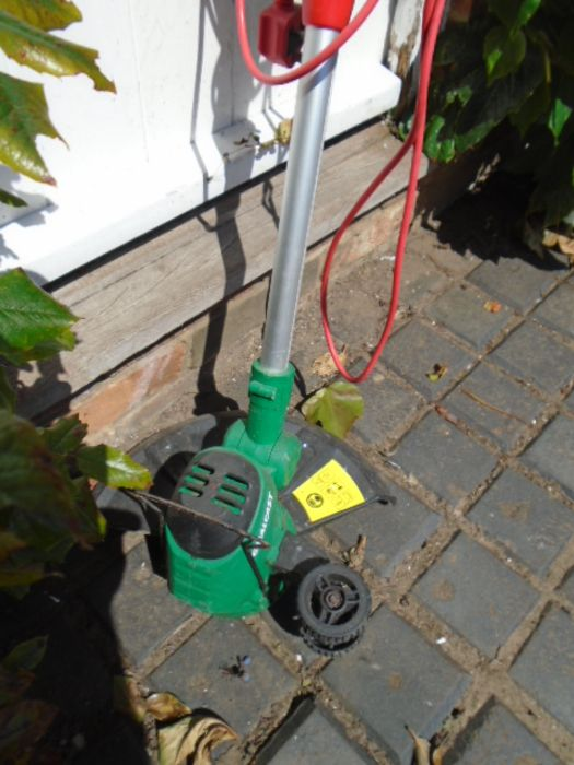 electric strimmer, 2 loppers, hanging basket - Image 2 of 4
