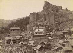Ermakov, Dimitri N.: The old houses ofTiiflis with balconies and the Narikala...