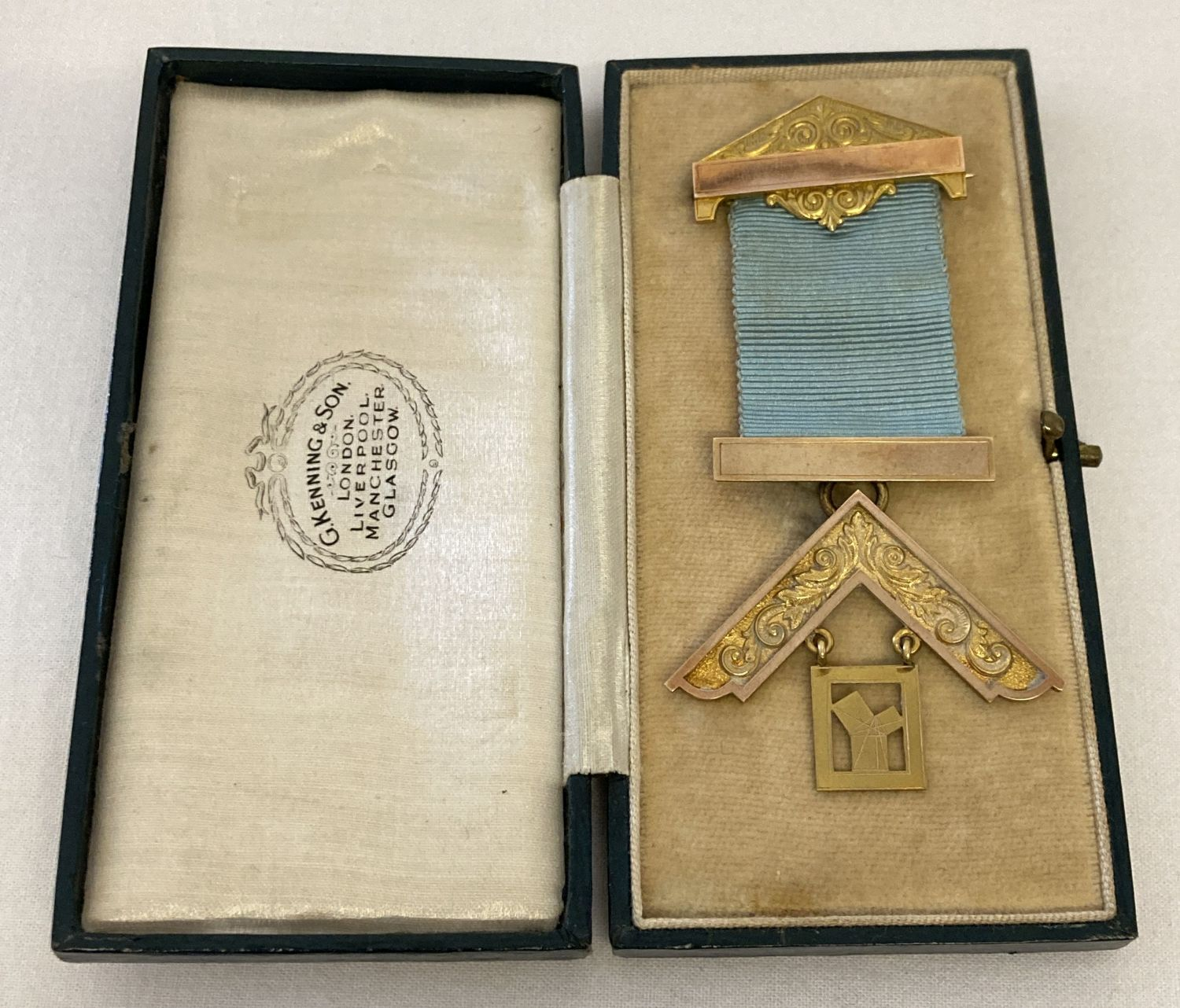 A boxed 9ct gold Masonic jewel by G kenning & Son.