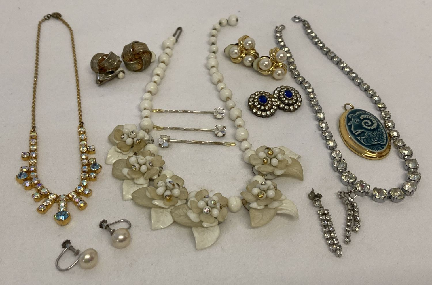 A small collection of vintage jewellery to include silver faux pearl screw back earrings.