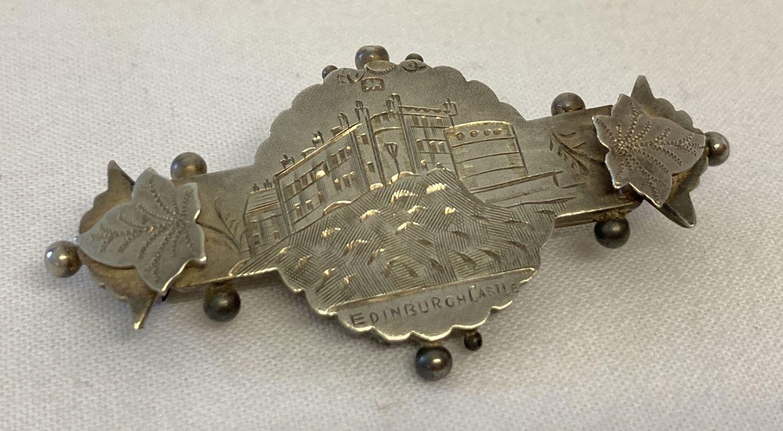 A vintage silver sweetheart brooch depicting Edinburgh Castle, with ivy leaf detail.