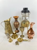 A box of assorted vintage metal ware to include brass & copper. Lot includes Tilley lamp, brass