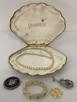 A small collection of vintage jewellery to include brooches.