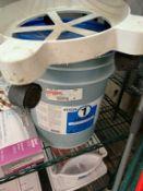Lot de 5 gallons rinse + items sur tablette