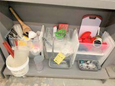 Gros lot d'items variés sur 4 étagères du bas